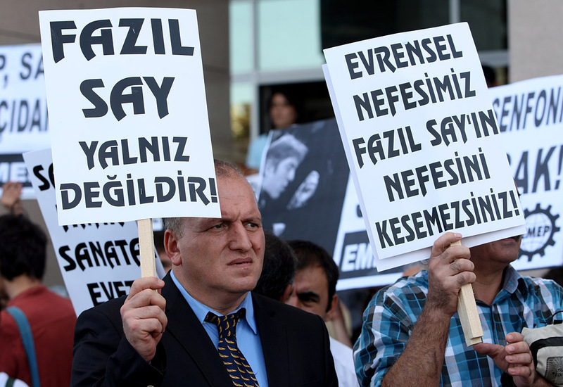 Supporters of Fazil Say, protesting outside court